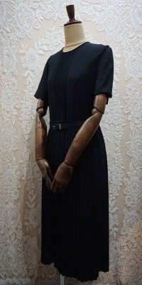 無地 黒 半袖 レトロワンピース ノーカラー プリーツ[52293]