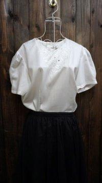 無地 白 半袖 ブラウス ノーカラー 刺繍[15921]