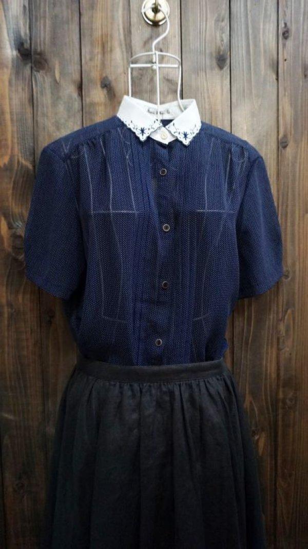 画像1: ドット柄 ネイビー 半袖 ブラウス スカラップカラー 刺繍[11665]